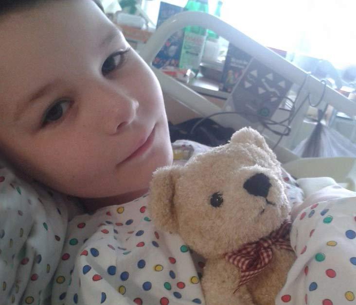 Timmi im Spital mit dem Tröstebär Benni